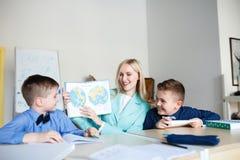 école les enfants apprennent à l'école étudiants de formation image libre de droits