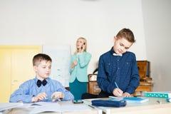 école les enfants apprennent à l'école étudiants de formation photo libre de droits