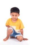 école maternelle asiatique de petit garçon d'enfant se reposant sur le plancher Images stock