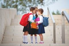 École primaire d'enfants d'amie d'étudiante heureuse d'écolière Photographie stock