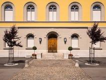 École primaire historique dans Murten, Suisse. images libres de droits