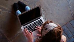 Écolière à l'aide de l'ordinateur portable banque de vidéos