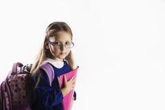Écolière élémentaire caucasienne d'âge avec des verres Photo stock