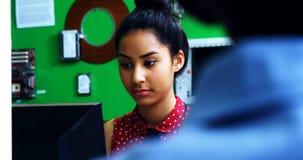 Écolière étudiant sur l'ordinateur dans la salle de classe banque de vidéos