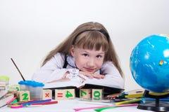 Écolière affichant un livre Photo libre de droits