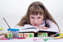 Écolière affichant un livre Photographie stock