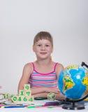 Écolière affichant un livre Photos libres de droits
