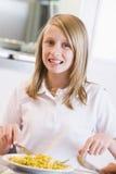 Écolière appréciant son déjeuner à l'école photographie stock