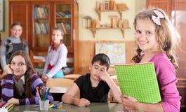 Écolière assez de l'adolescence devant la classe Images libres de droits
