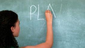 Écolière attentive feignant pour être un professeur dans la salle de classe banque de vidéos