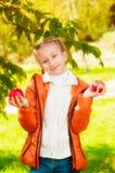 Écolière avec des pommes en automne Images libres de droits