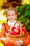 Écolière avec des pommes en automne Photo libre de droits