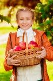 Écolière avec des pommes en automne photos libres de droits