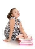 Écolière avec du charme rêvant dans une robe grise photographie stock