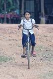 Écolière cambodgienne montant un vélo photo libre de droits