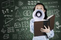 Écolière criant avec un mégaphone Photographie stock libre de droits