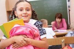 Écolière dans la salle de classe Photos libres de droits