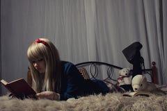 Écolière dans le lit Photographie stock