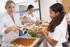 Écolière dans un cafétéria d'école Photographie stock libre de droits