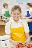 Écolière dans une classe de cuisson Images stock