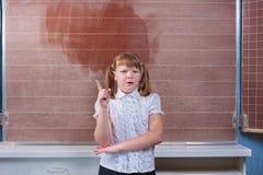 Écolière dans une salle de classe Image libre de droits