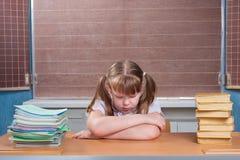 Écolière dans une salle de classe Photos stock