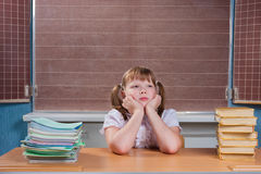 Écolière dans une salle de classe Images libres de droits