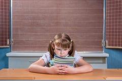 Écolière dans une salle de classe Image stock