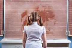 Écolière dans une salle de classe Photographie stock libre de droits