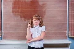 Écolière dans une salle de classe Photo stock