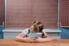 Écolière dans une salle de classe Images stock