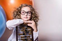 Écolière de fille avec l'abaque en bois Images libres de droits