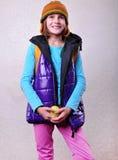 Écolière de sourire heureuse avec le sac à dos et la pomme Photos libres de droits
