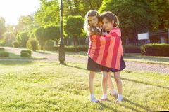 Écolière deux de petite amie 7-8 ans embrassant jouer sur le pré en parc Images stock