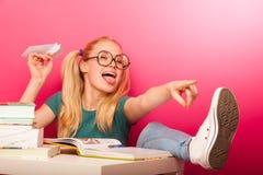 Écolière espiègle et vilaine avec de grandes lunettes jetant le papier a photos libres de droits
