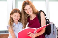 Écolière et sa mère Image stock