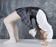 Écolière faisant la gymnastique Image stock
