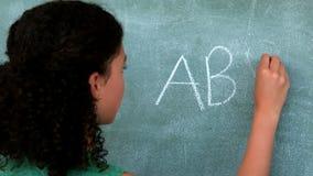 Écolière feignant pour être un professeur dans la salle de classe banque de vidéos