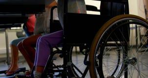 Écolière handicapée d'Afro-américain étudiant au bureau dans la salle de classe à l'école 4k banque de vidéos