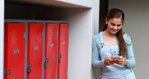 Écolière heureuse à l'aide du téléphone portable clips vidéos