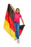 Écolière heureuse tenant la grande bannière allemande Photo stock