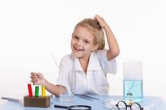 Écolière joyeuse dans la classe de chimie Photo libre de droits