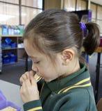 Écolière mangeant le déjeuner. Photographie stock libre de droits