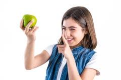 Écolière mignonne avec la pomme sur le fond blanc Image stock