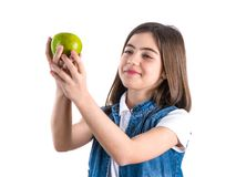 Écolière mignonne avec la pomme sur le fond blanc Photographie stock libre de droits