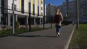 Écolière mignonne avec le sac à dos allant instruire banque de vidéos