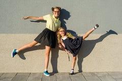 Écolière mignonne de soeurs dans l'uniforme scolaire Photographie stock