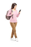 Écolière regardant son téléphone portable Images libres de droits