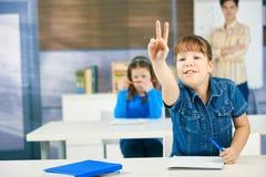 Écolière soulevant la main Photos libres de droits