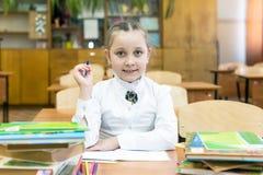 ?coli?re studieuse de fille dans un chemisier blanc photographie stock libre de droits